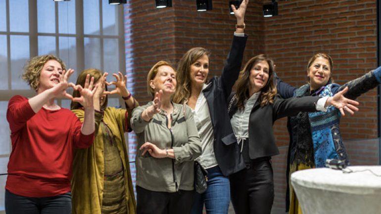 Heykelin İzinde 8 Kadın
