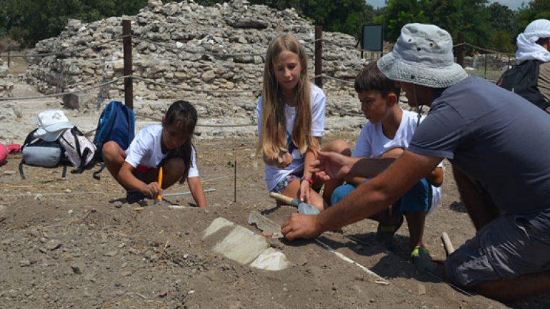 Minik arkeologlar tarihi kentte kazı yaptı