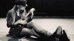 Serenay Sarıkaya Alice Harikalar Diyarında için hazırlanıyor