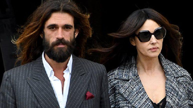 Monica Bellucci genç sevgilisi ile defilede