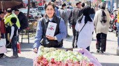 Nalan Türkeli kitaplarını seyyar satış tezgahında yazıyor