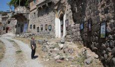 Köy sokağında uluslararası sergi