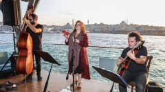 Karaköy vapur iskelesinde caz keyfi