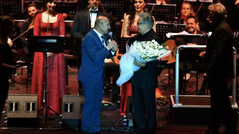 Livaneli İzmir konserinde Tunç Soyer sahnede çiçek verdi