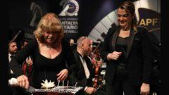 İdil Biret doğum gününü sahnede kutladı