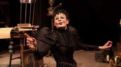 Bayan Kostak ve Kuzgun tiyatroya Edgar Allan Poe'nun şiirinden